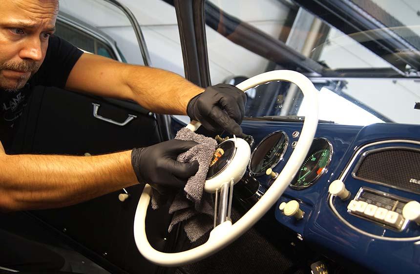 Fahrzeugaufbereitung im Innenraum eines Klassikers mit Thomas Haltenhoff