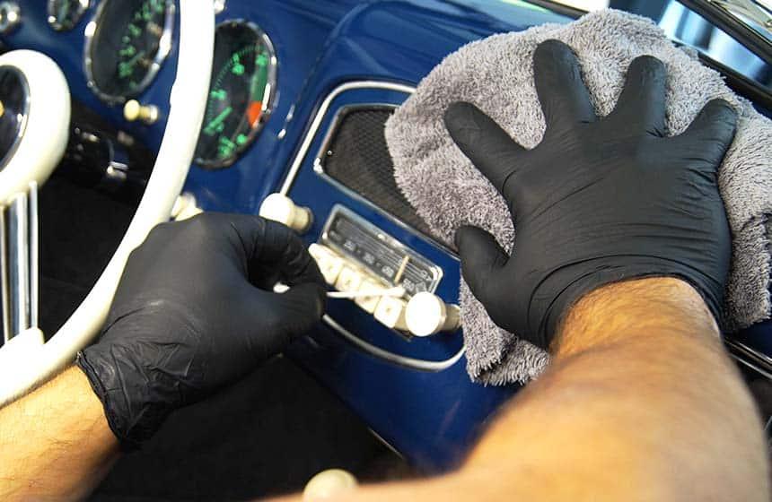 Interior-Reinigung und Fahrzeugpflege eines Marken-Fahrzeugs